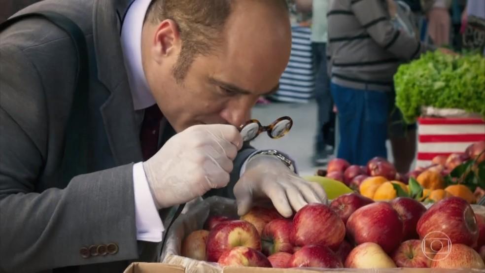 Rodrigo (Paulo Tiefenthaler) examina as frutas de Francesca (Marisa Orth) - 'Haja Coração' — Foto: Globo