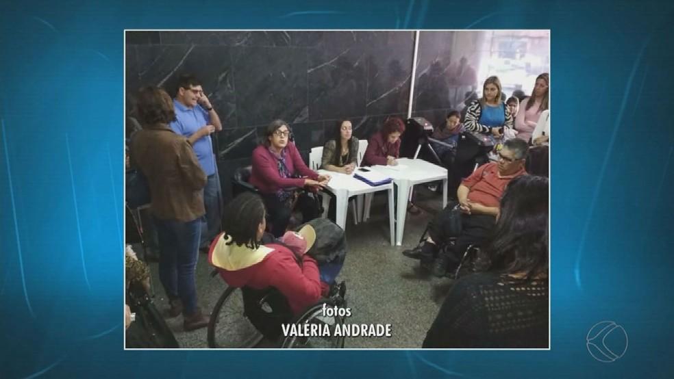 Reunião do Conselho da Pessoa com Deficiência foi improvisado no térreo (Foto: Reprodução/TV Integração)