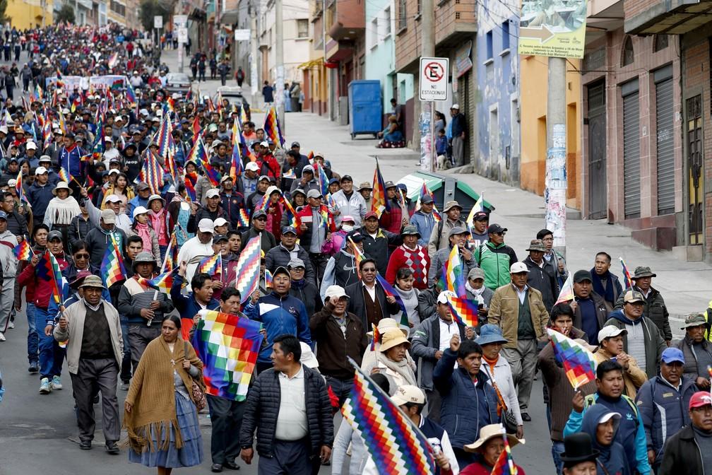 Apoiadores de Evo Morales protestam nas ruas de La Paz, na Bolívia, nesta quarta-feira (13) — Foto: Natacha Pisarenko/AP Photo