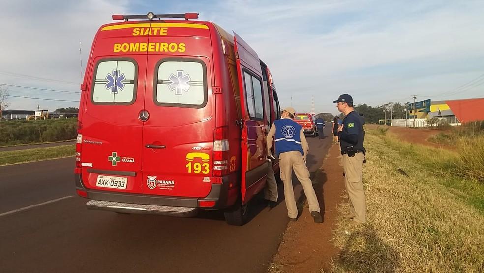 Policial rodoviária foi atendido pelo Siate após ser atropelado por motorista que desrespeitou ordem de parada na BR-467, em Cascavel (Foto: Sidney Trindade/RPC)