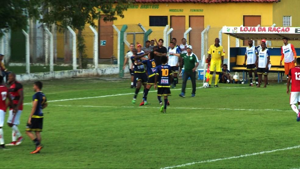 Manoel e Leone brigam  (Foto: Kleiton Martins/TV Clube)