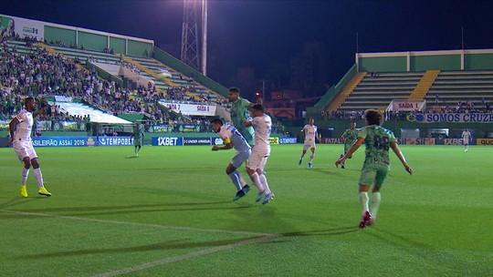 Roberto desvia de cabeça e Fábio consegue o desvio salvando o Cruzeiro, aos 8' do 1ºT
