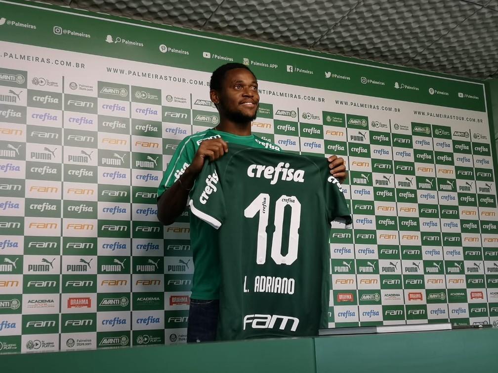 Luiz Adriano apresentado com a camisa 10 do Palmeiras — Foto: Tossiro Neto