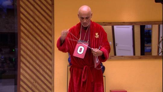 Jogo da Discórdia: Ayrton dá placa de Respeito para Ana Clara e de Desprezo para Diego