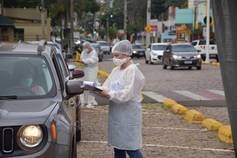 Profissionais da saúde atendem moradores de Botucatu em drive-thru contra a Covid — Foto: Prefeitura de Botucatu/Divulgação