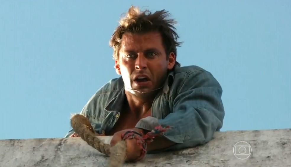 Cassiano (Henri Castelli) volta à prisão para buscar Duque (Jean Pierre Noher), em 'Flor do Caribe' — Foto: Globo