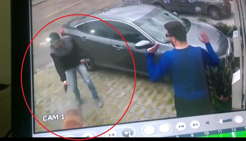 'Catatau' foi baleado pelo suspeito ao reagir para salvar tutor, em Curitiba, mas foi socorrido e passa bem — Foto: Câmeras de segurança