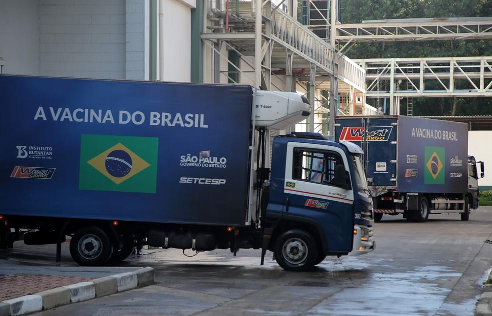 Caminhões com doses da Coronavac destinadas ao Programa Nacional de Imunização deixam o Instituto Butantan em São Paulo — Foto: Carla Carniel/Reuters