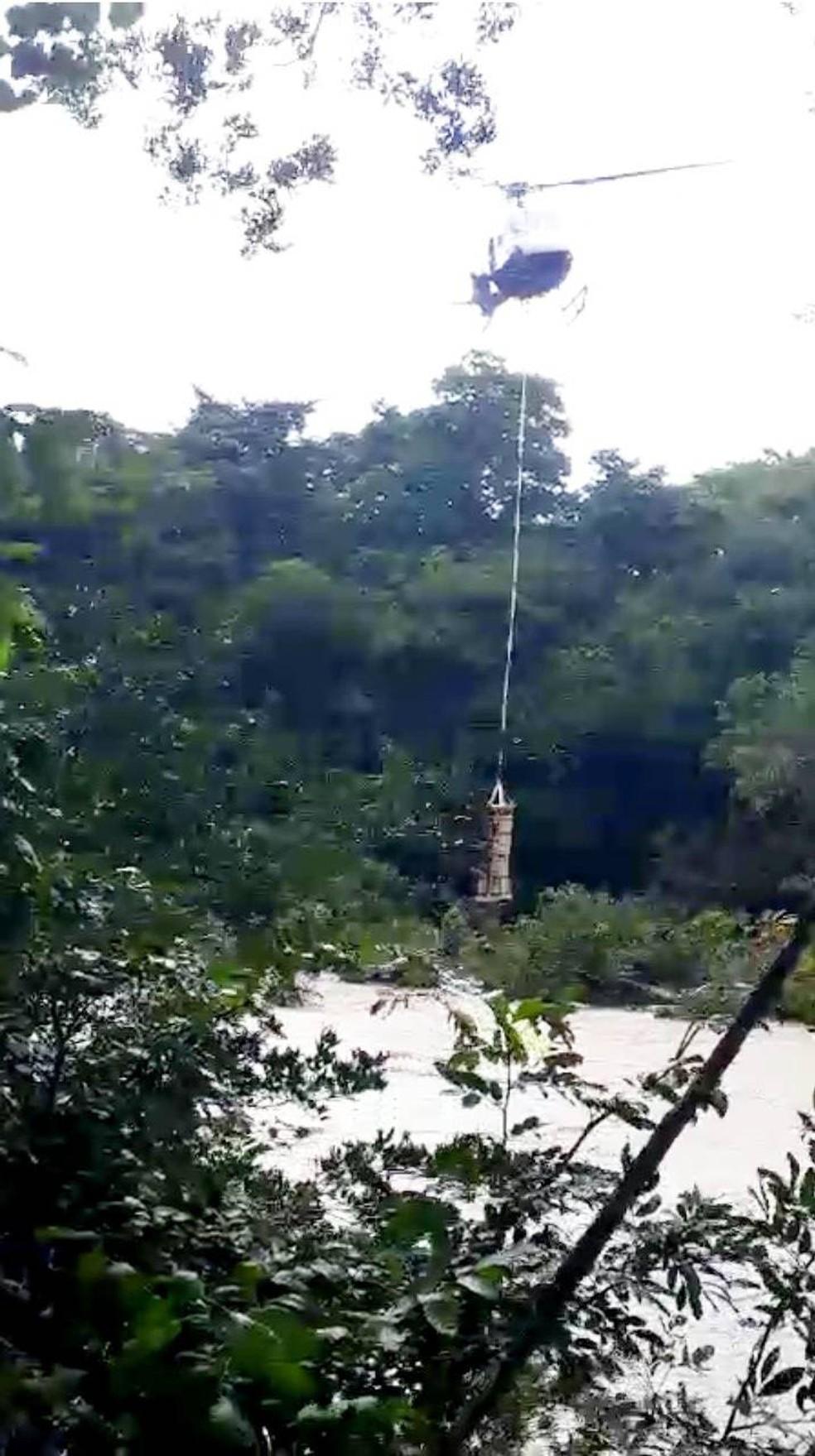 Helicóptero resgatou 4 pessoas no Coxipó do Ouro — Foto: Ciopaer