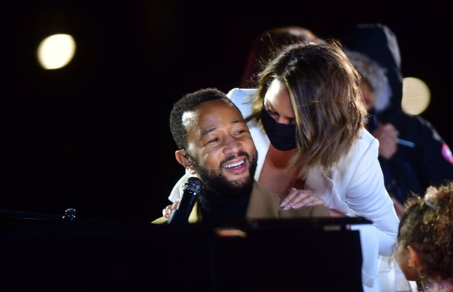 PHILADELPHIA, PA - NOVEMBER 02:   Singer John Legend is joined onstage by his wife, Chrissy Teigen, and daughter while performing before Democratic vice presidential nominee Sen. Kamala Harris (D-CA) speaks at a drive-in election eve rally on November 2,  (Foto: Getty Images)