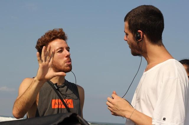 João Côrtes com seu irmão, o cinegrafista Gabriel Côrtes, no set do filme 'Nas mãos de quem me leva' (Foto: Divulgação / AMC)