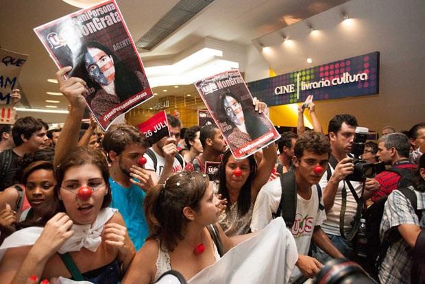 Manifestantes protestam diante da Livraria Cultura antes de encontro com a blogueira cubana Yoani Sánchez (Foto: Leo Martins/Frame/Estadão Conteúdo)