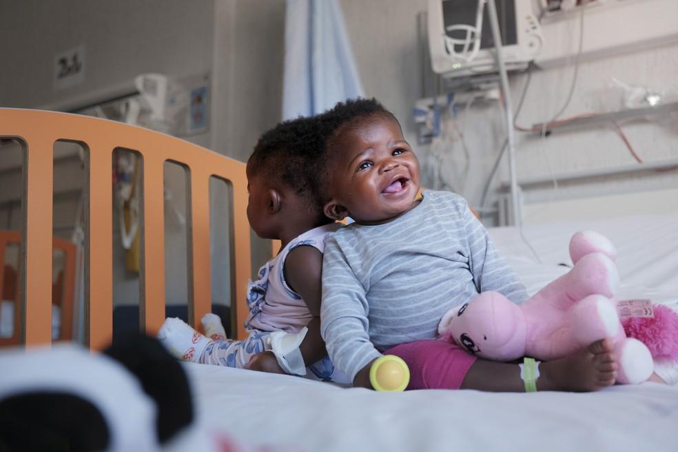 As irmãs gêmeas Ervina e Prefina, que nasceram unidas pela parte de trás da cabeça, são fotografadas antes de serem operadas no hospital em Roma, na Itália — Foto: Ospedale Pediatrico Bambino Gesu/Divulgação via Reuters