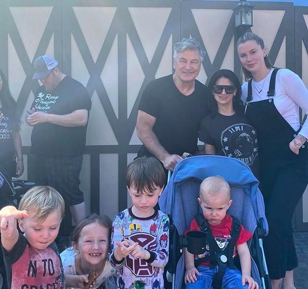O ator Alec Baldwin com a esposa em foto com quatro de seus cinco filhos, incluindo a modelo Ireland Baldwin, fruto de seu casamento com a atriz Kim Basinger (Foto: Instagram)