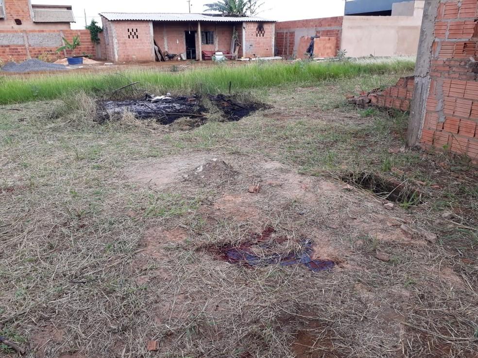 Fogo em amontado de lixo e sangue na grama em MS — Foto: Osvaldo Nóbrega/TV Morena
