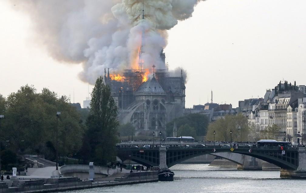 Incêndio atinge a Catedral de Notre-Dame, em Paris — Foto: François Guillot/AFP