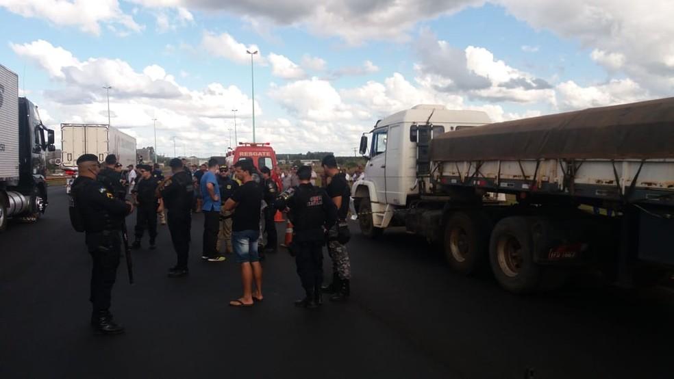 PRF está no local acompanhando o caso (Foto: Renato Barros/Rede Amazônica)