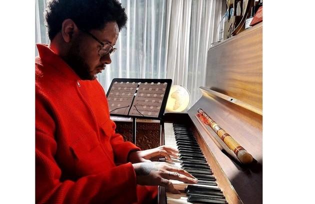 Um dos quartos de sua residência tem diversos instrumentos musicais (Foto: Reprodução/Instagram)