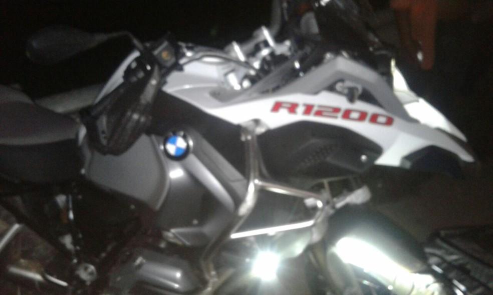 Moto do médico achada após acidente na BR-364 (Foto: PRF/Divulgação)