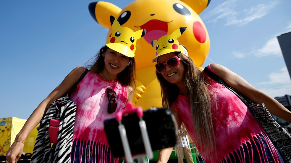 Fãs vestindo viseira com o Pikachu durante evento de 'Pokémon Go' no Japão (Foto: REUTERS/Kim Kyung-Hoon)