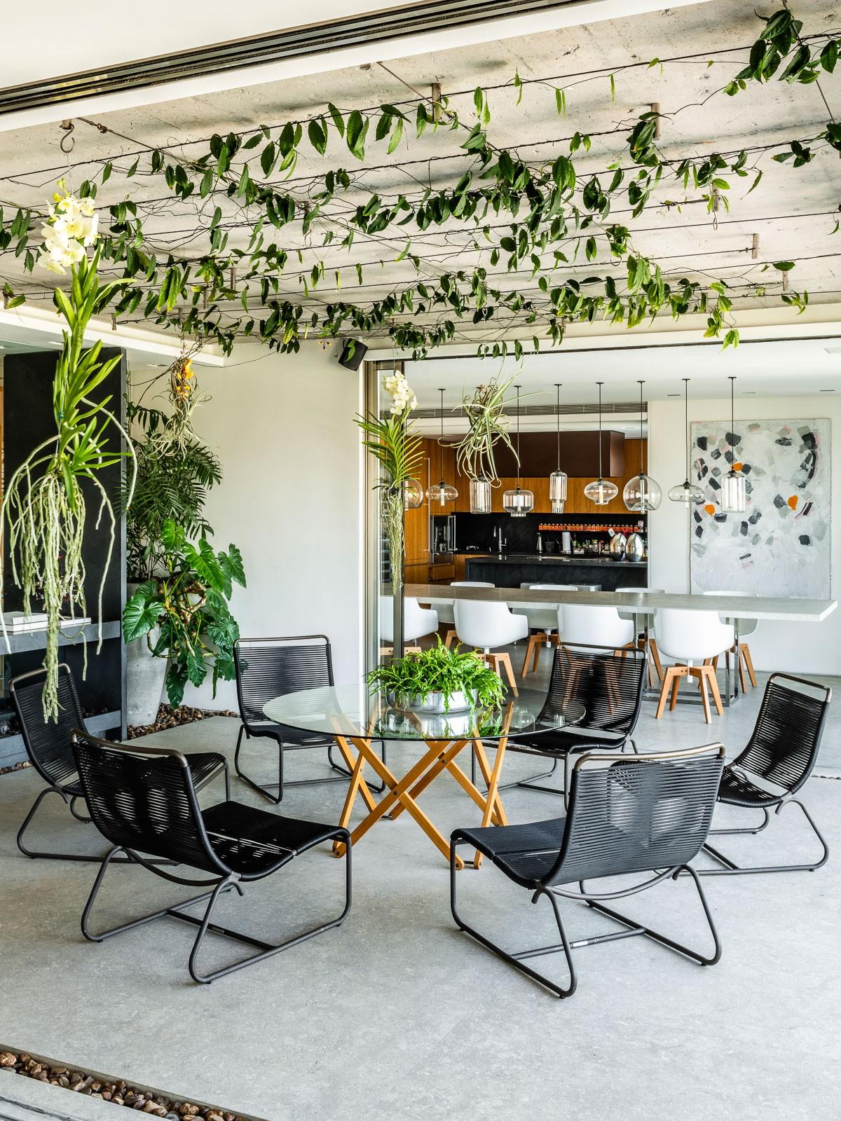 Décor do dia: varanda integrada com plantas por toda a parte