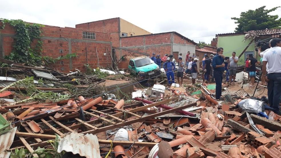 Casas desabam após lagoa transbordar no Parque Rodoviário.  — Foto: Gilcilene Araújo/G1