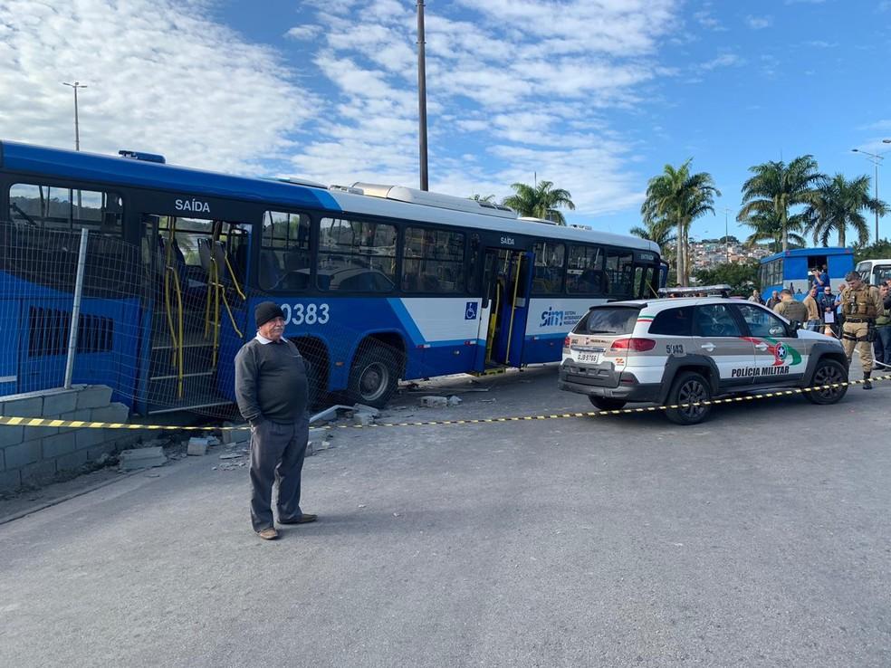 Ônibus atravessou mureta no Ticen — Foto: Mateus Castro/NSC TV