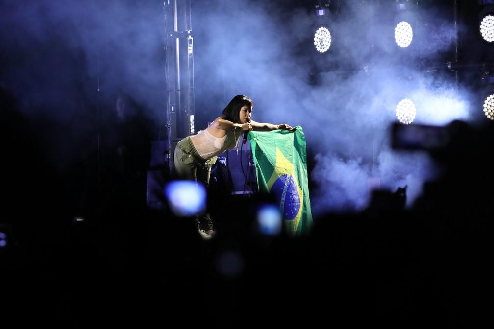 Lily Allen segura bandeira do Brasil durante show no Cultura Inglesa Festival, em São Paulo, neste domingo (9) — Foto: Celso Tavares/G1