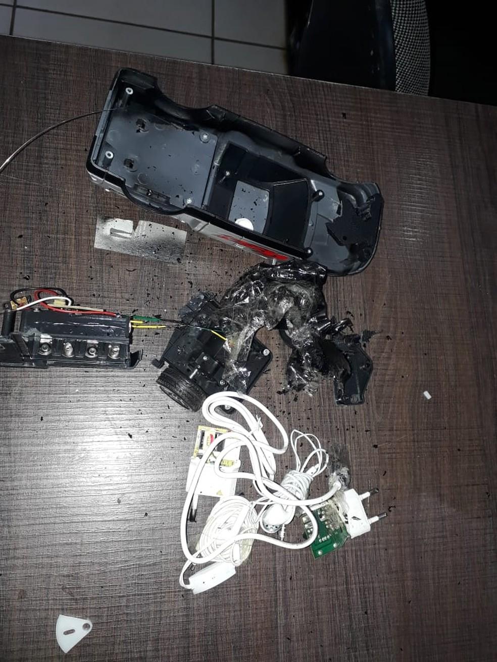 Visitante escondeu carregador e fone de celular em brinquedo de criança — Foto: Sejudh-MT/Assessoria