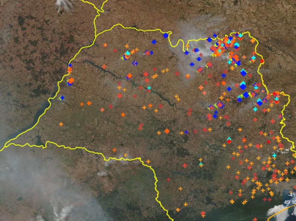 Imagens de satélite do Inpe mostram focos de incêndio no estado de SP no último domingo (13).  — Foto: Reprodução/Inpe/Programa Queimadas