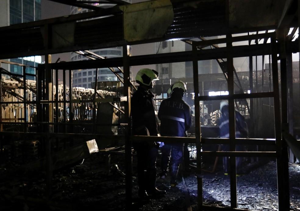 Bombeiros inspecionam restaurante de Mumbai após incêndio (Foto: REUTERS/ Danish Siddiqui)