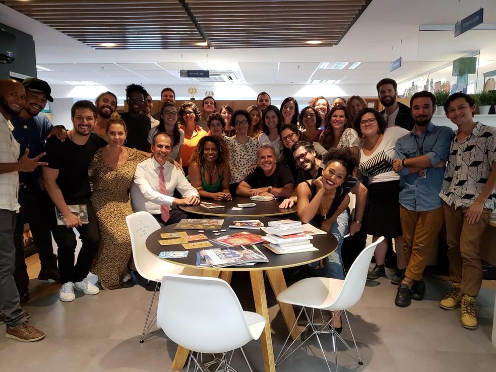 Elenco e equipe de 'Bom Sucesso' visitaram uma editora de livros  — Foto: Arquivo pessoal