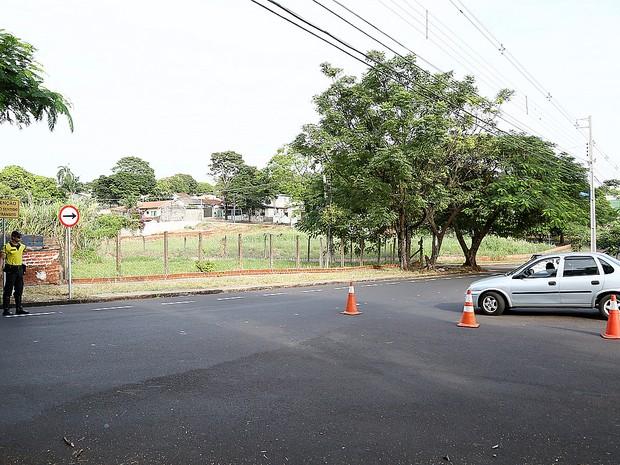 Agente de trânsito orienta os motoristas sobre o novo sentido (Foto: Divulgação/Prefeitura de Maringá)