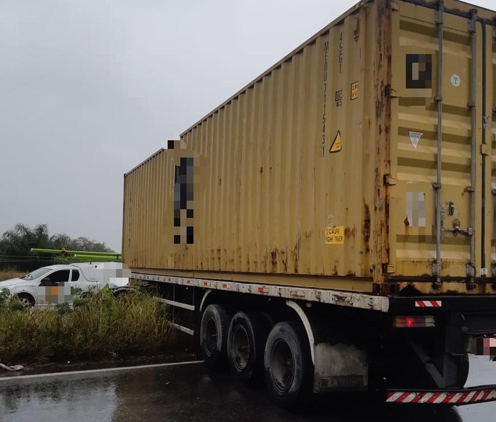 Carreta com contêiner ficou atravessada na BR-232 após colidir com carro e caminhão — Foto: PRF/Divulgação