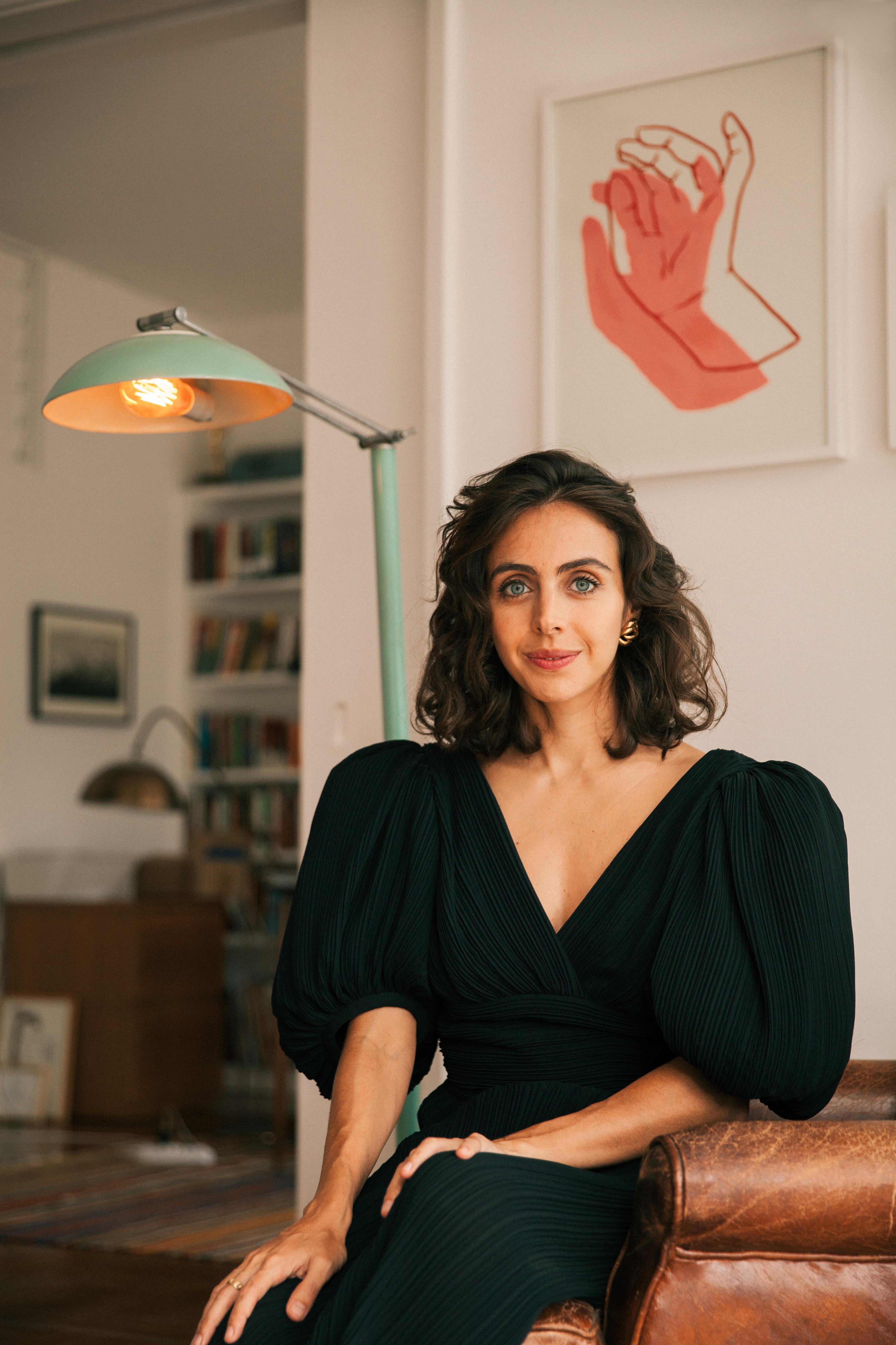 """Ativista ambiental e apresentadora do canal GNT, Giovanna Nader publica o  livro  """"Com que roupa? guia prático para uma moda mais sustentável"""" pela editora Paralela,"""