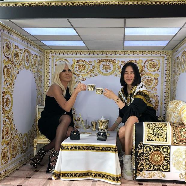 Donatella Versace e Eva Chen no estúdio do Instagram customizado pela Versace (Foto: Reprodução/Instagram)