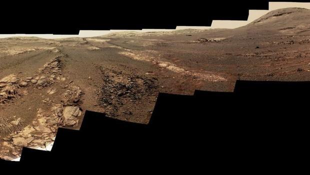 Borda de cratera pode ser vista subindo à distância em Marte (Foto: NASA/JPL-CALTECH/CORNELL/ASU)