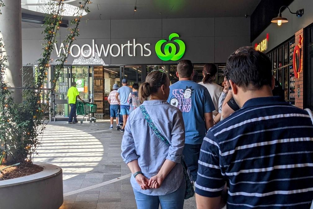 Moradores de Brisbane, na Austrália, fazem fila em mercado antes de início de lockdown nesta segunda (29) — Foto: AAP Image/Nick Gibbs via Reuters