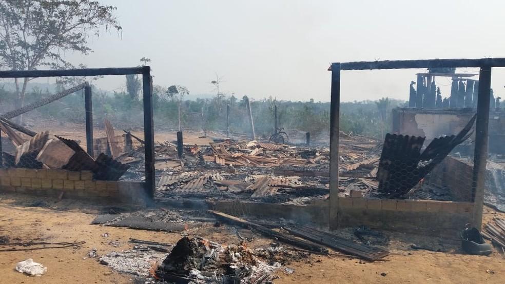 Casa fica destruída por incêndio em Vale do Anari — Foto: Facebook/Reprodução