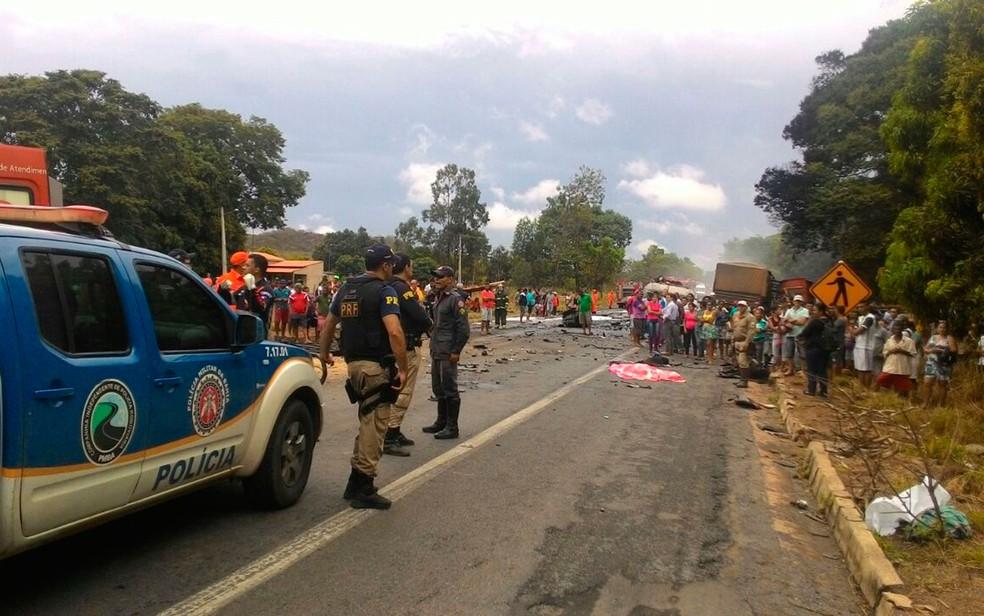 Acidente interditou trecho da BR-242 em Barreiras (Foto: Lucas Mendes/ TV Oeste)