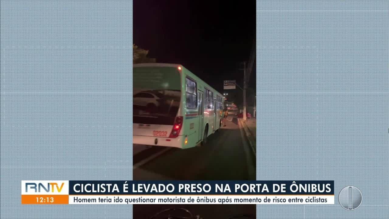 Em Natal, ciclista é levado preso em porta de ônibus após confusão