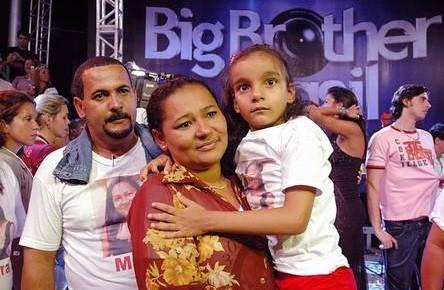 Mara entre o marido, Carlos, e a filha, Aracy, em 2006 (Foto: Reprodução/TV Globo)