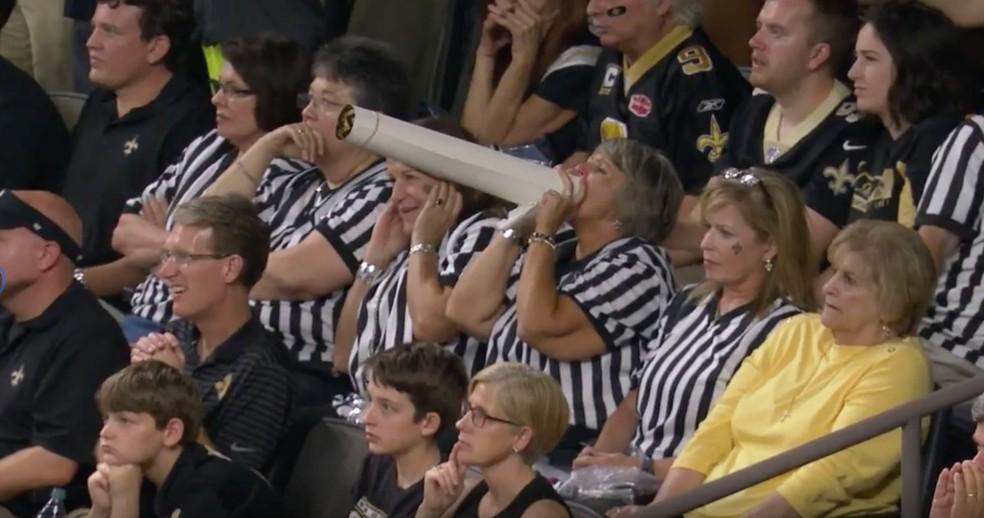 Torcida dos Saints se veste de árbitro em protesto contra erro da última temporada — Foto: Reprodução