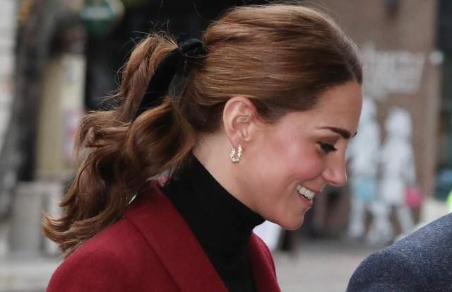 Kate Middleton confirma a tendência do laço de fita nos cabelos (Foto: Reprodução)