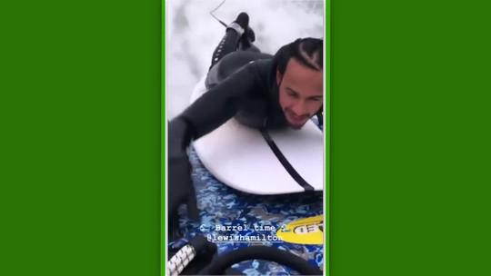 """Com direito a tubo, Hamilton se aventura em piscina de ondas de Kelly Slater: """"Muito divertido"""""""