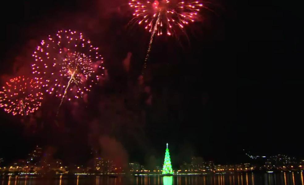 Fogos iluminam árvore da Lagoa neste sábado  — Foto: Reprodução/TV Globo