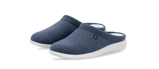 Produtos da linha home office da Yuool são uma espécie de pantufa misturada com chinelo pensada para dar conforto