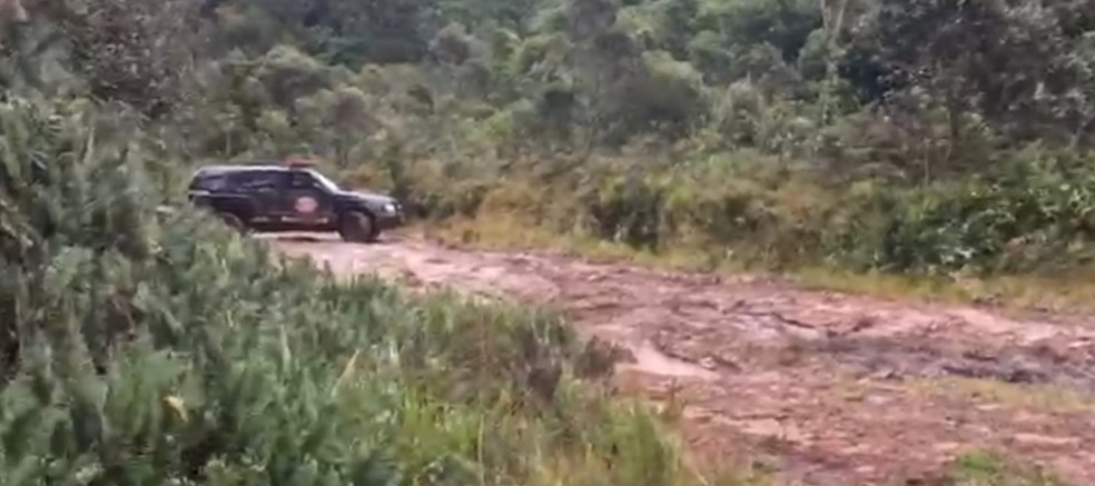 Terreno próximo da área em que corpo de policial foi encontrado é íngreme e dificultou buscas — Foto: Divulgação/ COE
