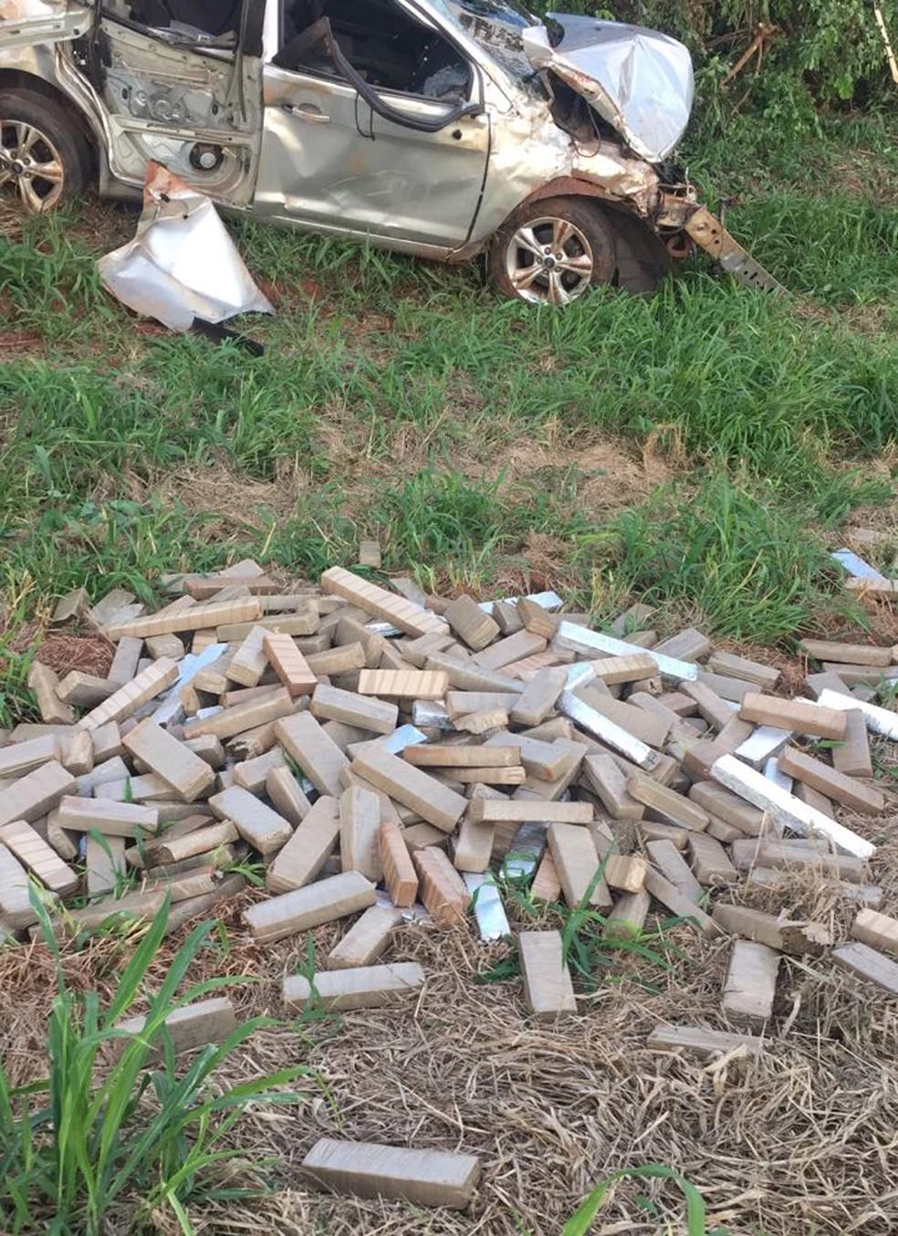 Carro com 761 kg de droga capota, motorista morre e passageiro fica ferido na BR-163, em MS (Foto: PRF/Divulgação)