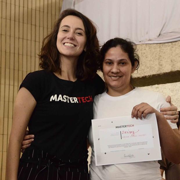 Camila Achutti entrega comprovante a detenta que aprendeu programação (Foto: Divulgação/Mastertech)